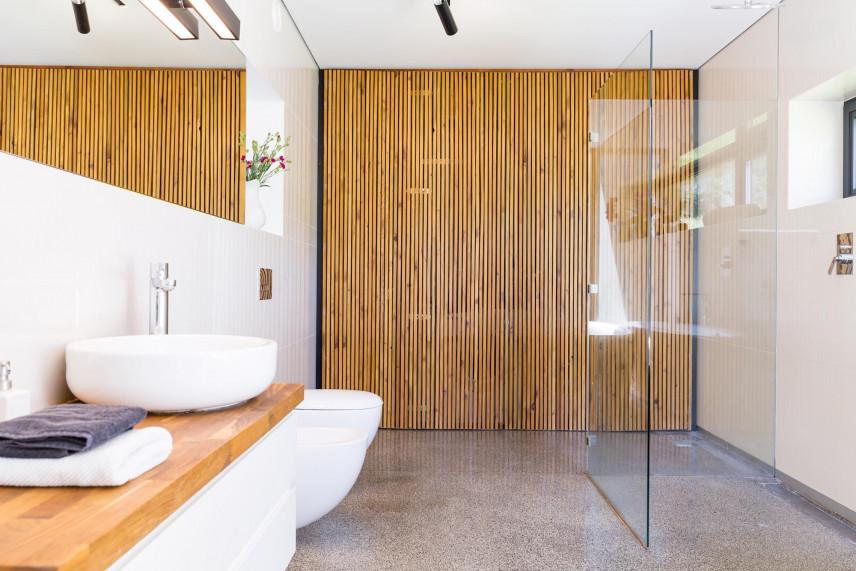 Łazienka z ciekawą aranżacją ścienną