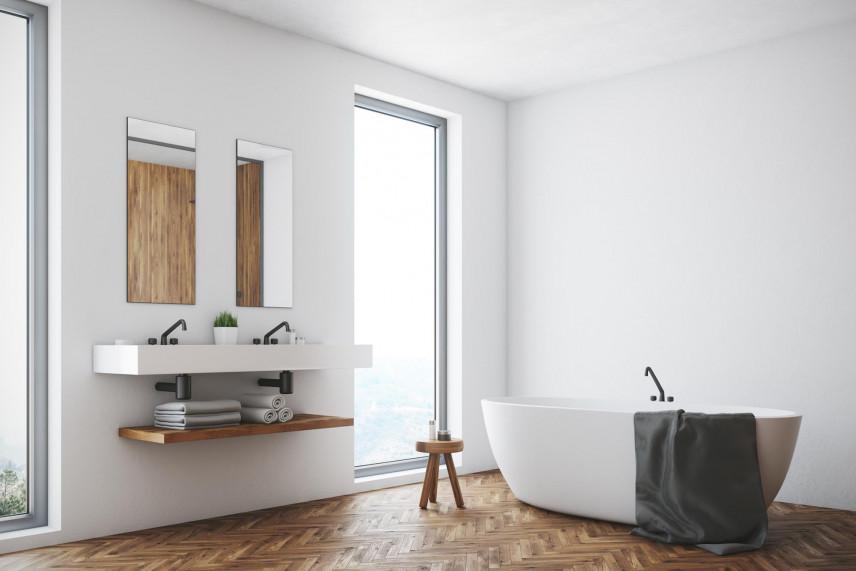 Aranżacja łazienki z drewnianym parkietem