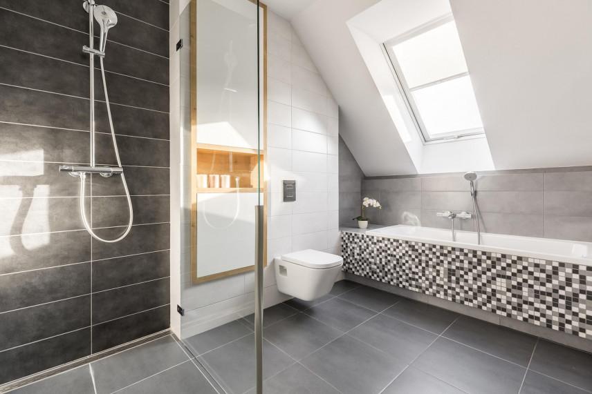 Aranżacja łazienki z dużą wanna i prysznicem
