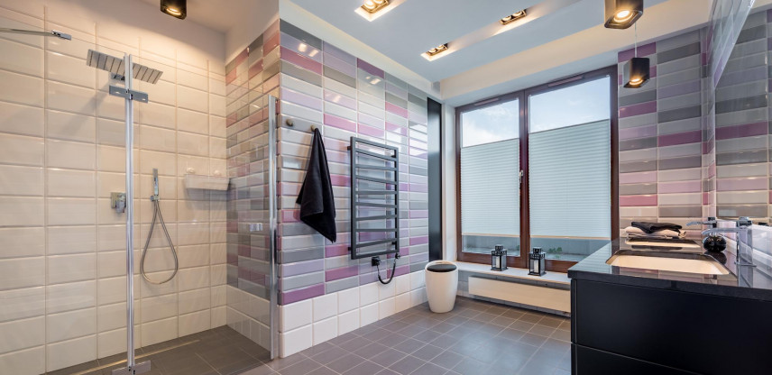 Aranżacja łazienki z kolorowymi płytkami