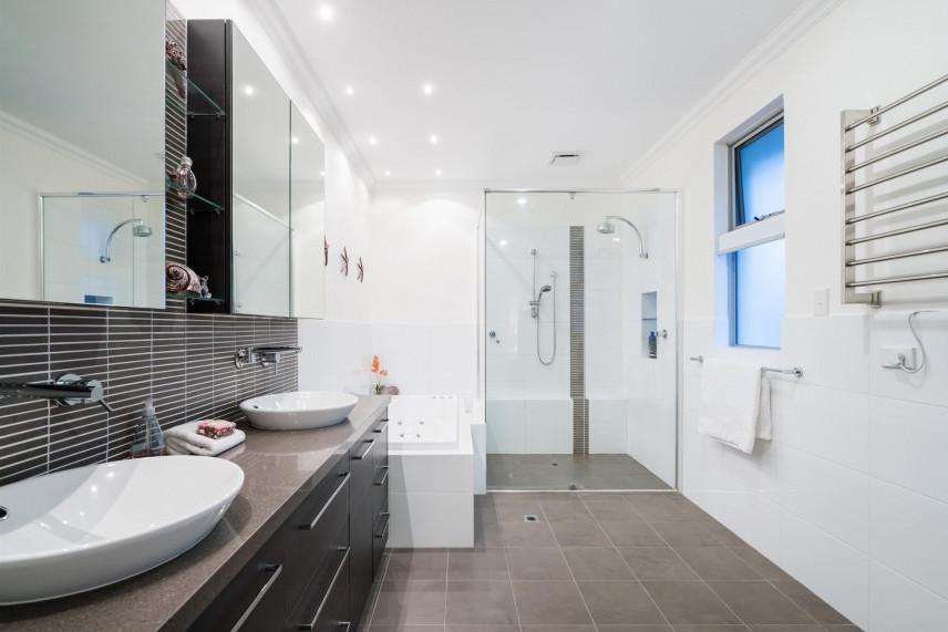 Aranżacja łazienki z dwoma zlewami i dwoma lustrami