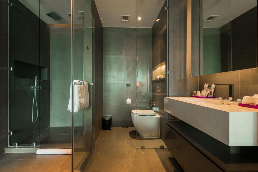 Metaliczny kolor w łazience z prysznicem