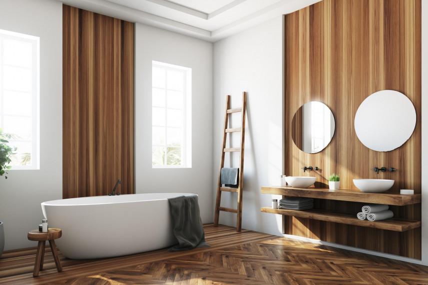 Aranżacja łazienki z drewnianą ścianą