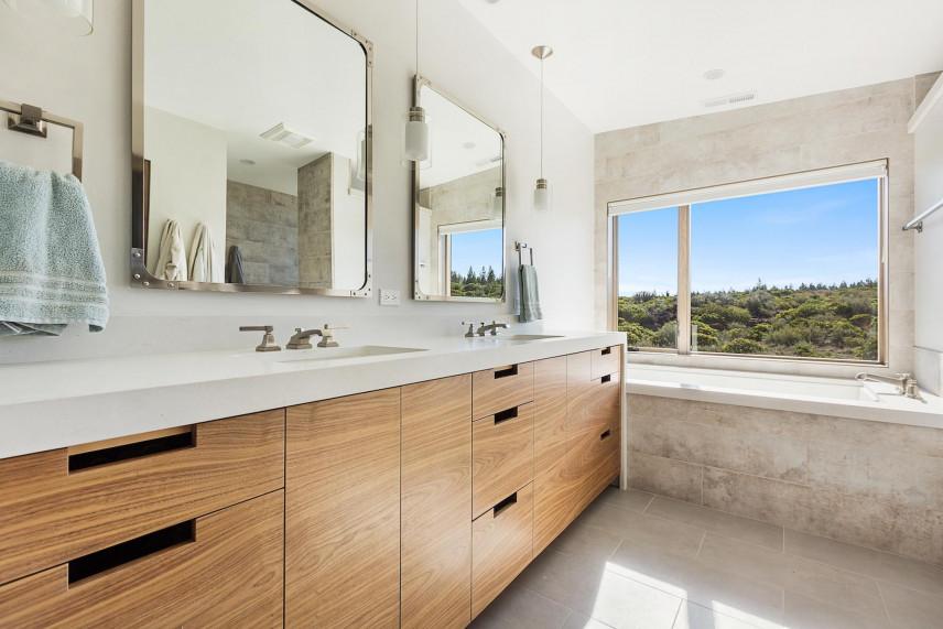 Aranżacja łazienki z dużym oknem