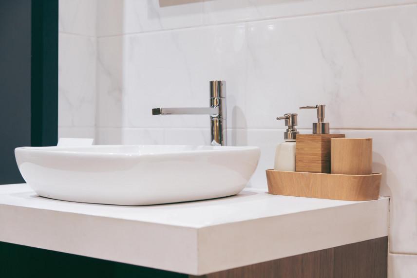 Aranżacja łazienki ze zlewem nablatowym