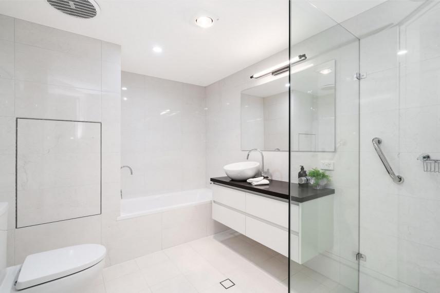 Projekt łazienki z białymi kaflami