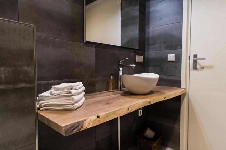 Aranżacja łazienki z drewnianym blatem