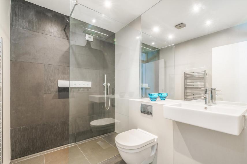 Aranżacja łazienki z prysznicem typu walk in