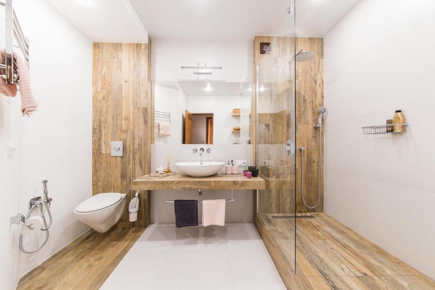 Aranżacja łazienki z drewnianymi elementami