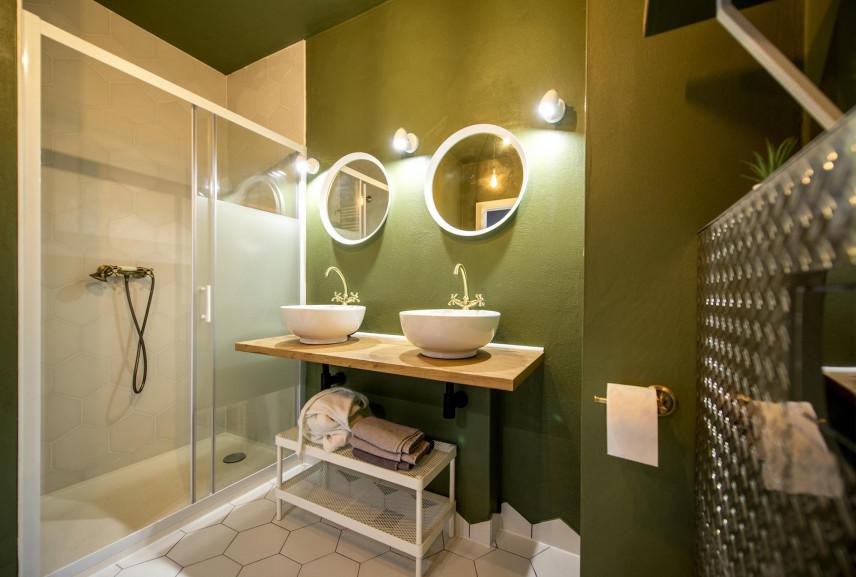 Projekt łazienki z dwoma, okrągłymi lustrami