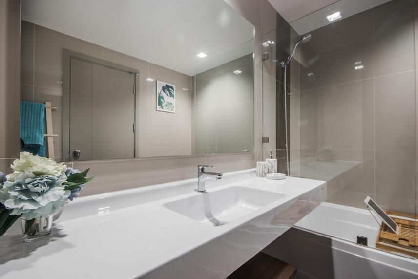 Łazienka z dużym, długim, białym blatem