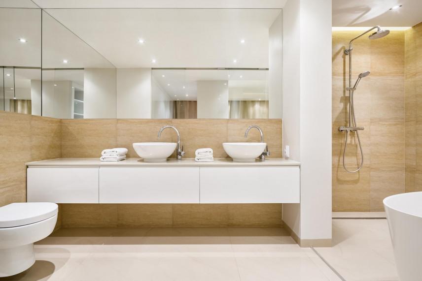 Aranżacja przestrzennej łazienki z lustrami