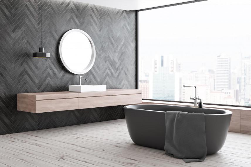 Aranżacja łazienki z modnym wzorem na całej ścianie
