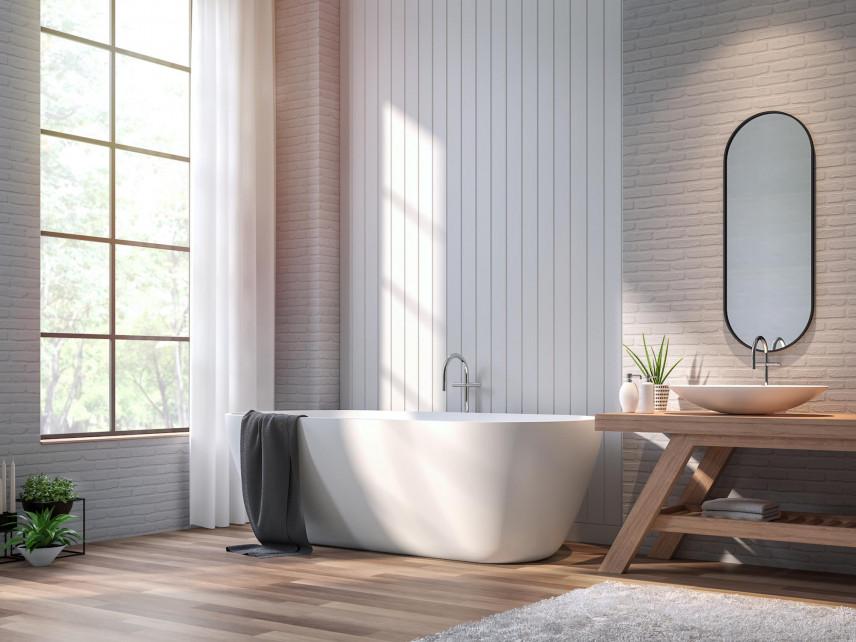 Aranżacja wysokiej łazienki z białymi panelami na ścianie