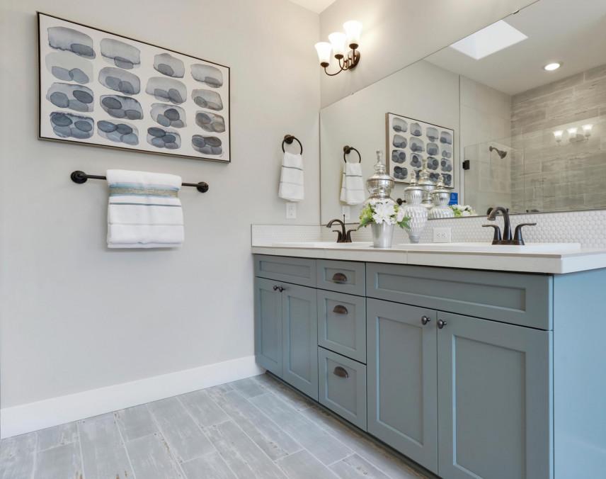 Aranżacja łazienki z obrazem na ścianie