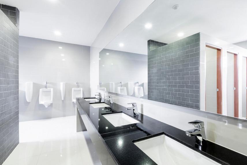 Projekt łazienki z szarą cegłą na ścianie