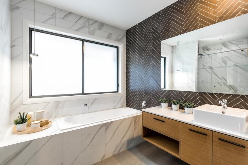 Projekt stylowej łazienki z aranżacją płytek z marmuru na ścianie