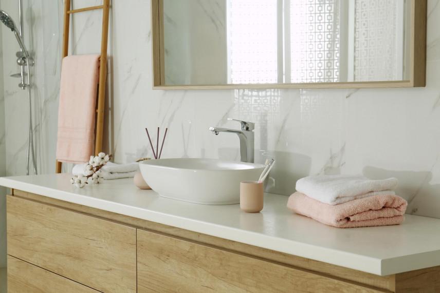 Łazienka z szafką z drewnianymi frontami