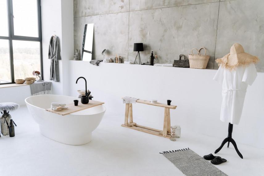 Łazienka z betonowymi płytami na ścianie