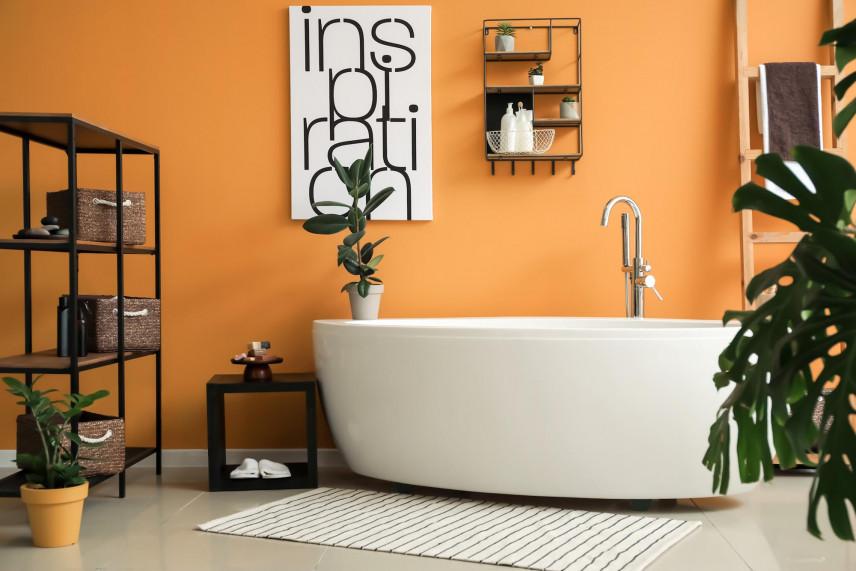 Pomarańczowe ściany w łazience