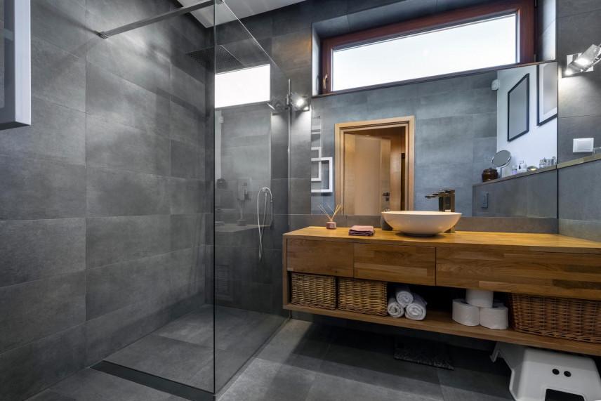 Łazienka z wąskim oknem