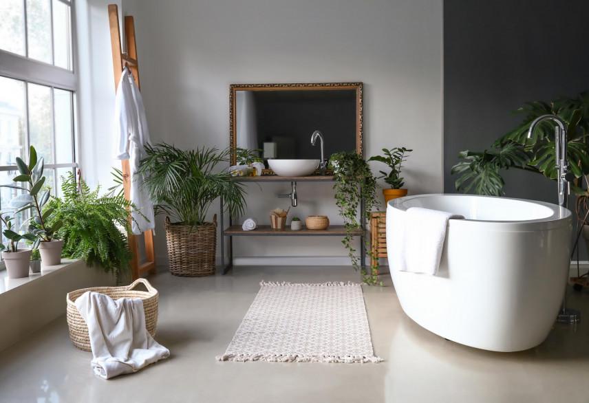 Aranżacja łazienki z duża ilością zielonych, żywych kwiatów