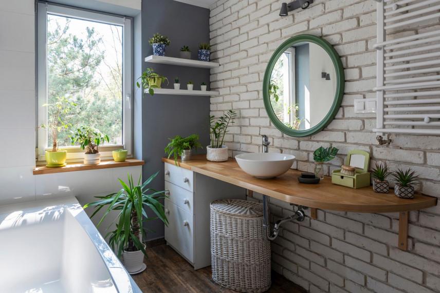 Łazienka z surową, białą cegłą