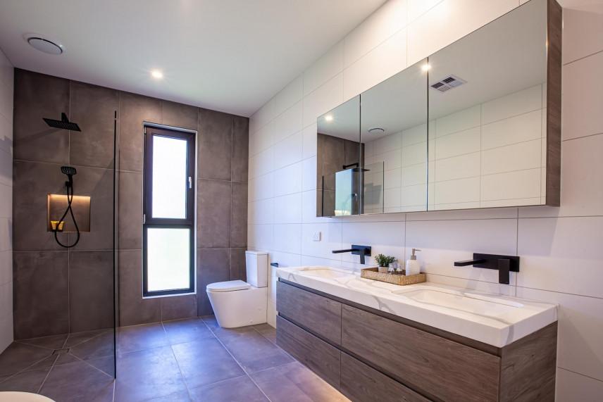 Projekt łazienki z biało-brązowymi kafelkami
