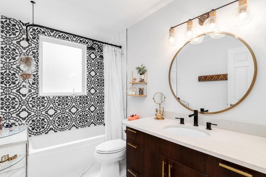 Projekt łazienki z oknem i wzorzystą ścianą