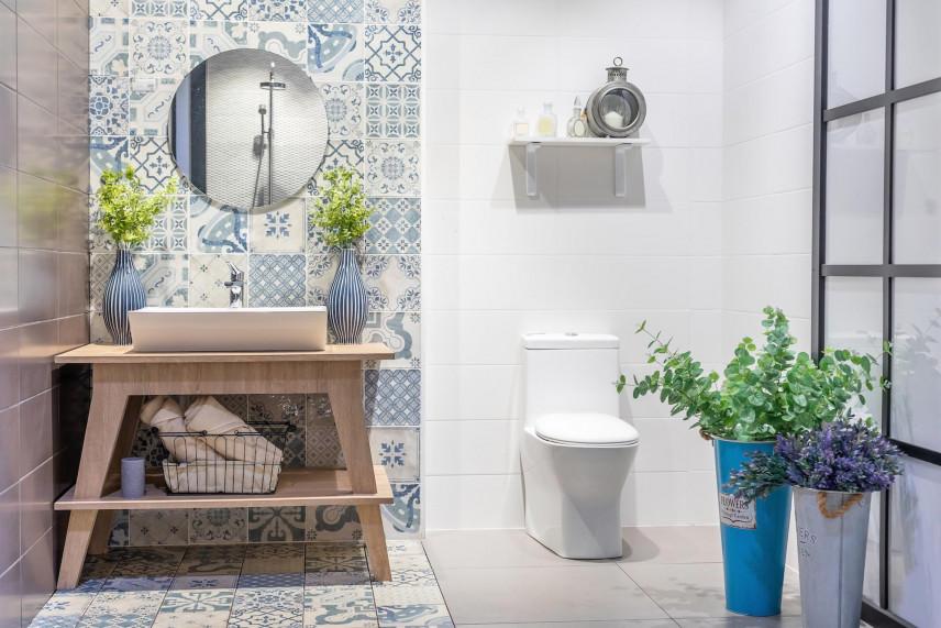 Projekt łazienki z wzorzystą ścianą