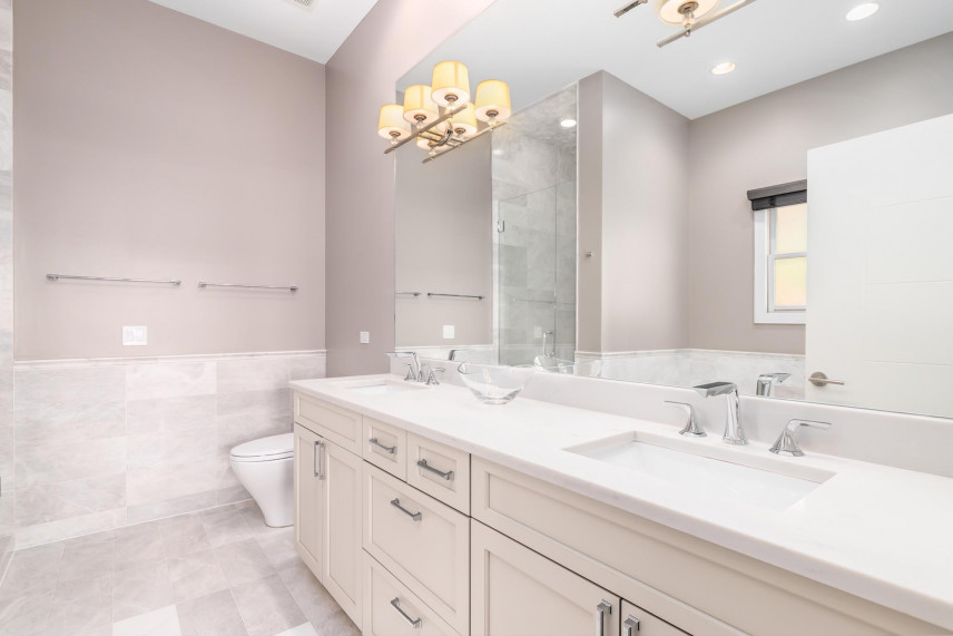 Projekt łazienki z beżowymi ścianami