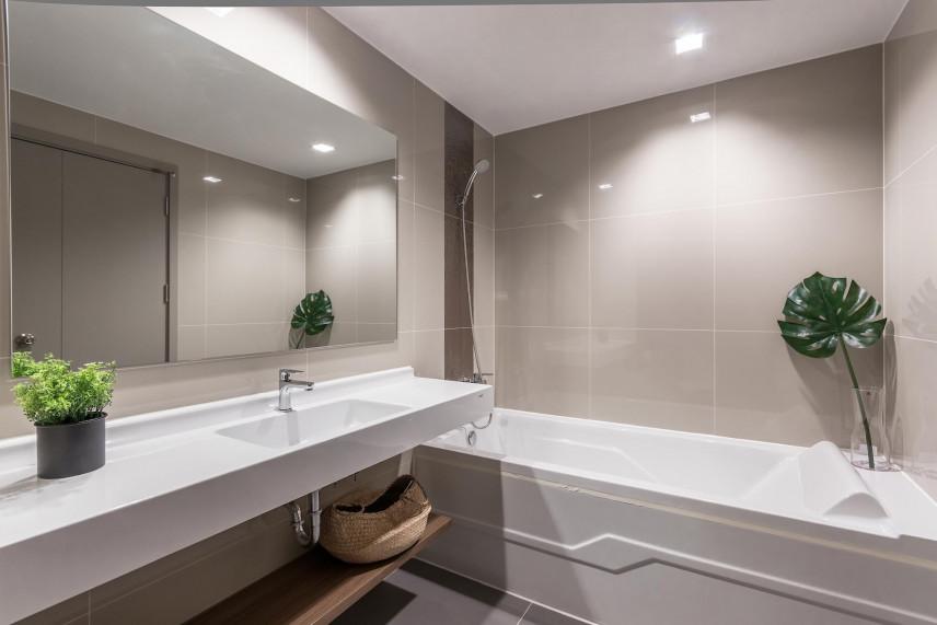 Łazienka z dużą wanną w zabudowie