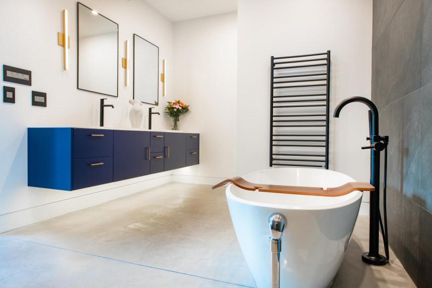 Aranżacja łazienki z białymi ścianami