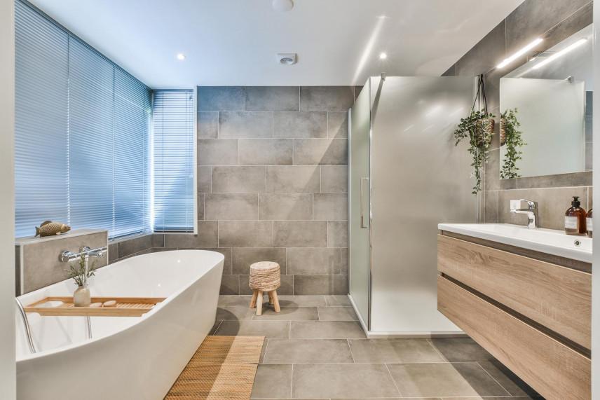 Projekt łazienki z wanna, prysznicem i oknem