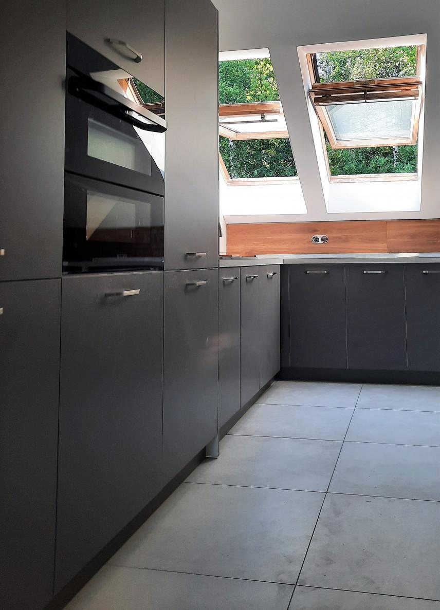 Projekt kuchni z oknami sufitowymi