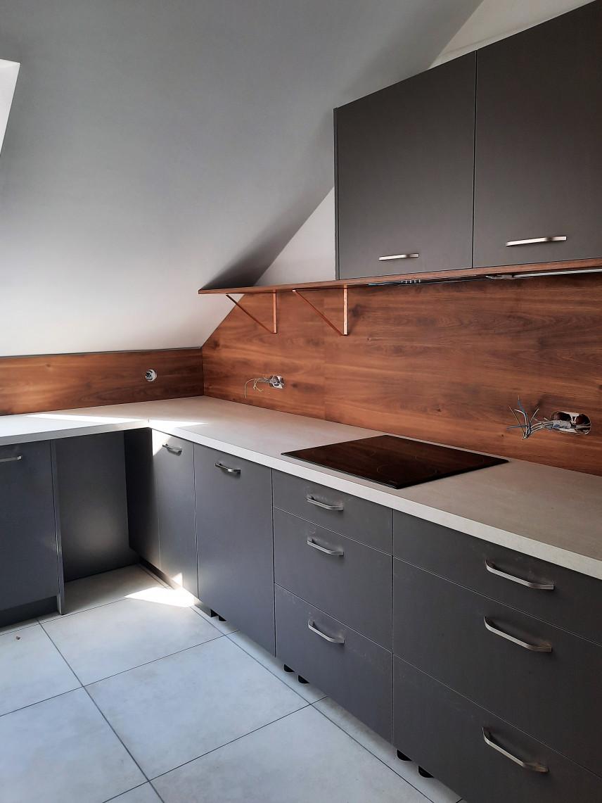 Projekt kuchni z drewnianą płytą nad blatem