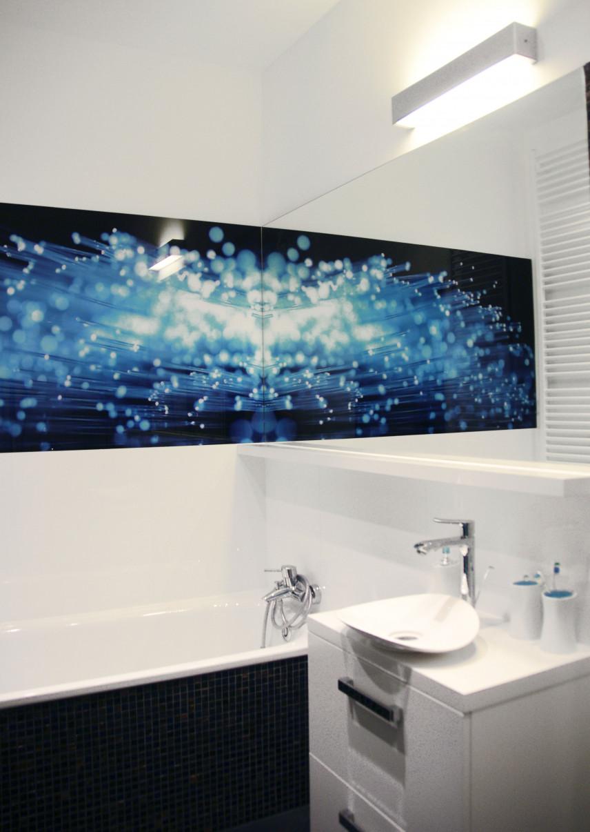 Projekt łazienki z modnym szkłem na ścianie