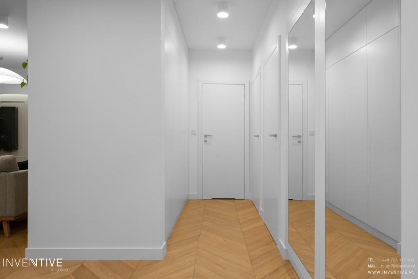 Biały przedpokój z lustrami na ścianie