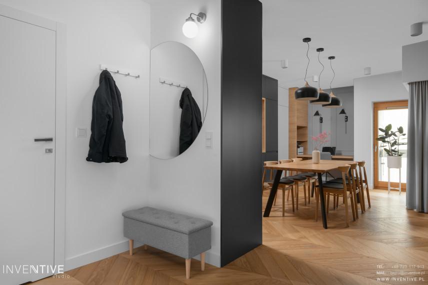 Przedpokój połączony z jadalnią w mieszkaniu w stylu skandynawskim