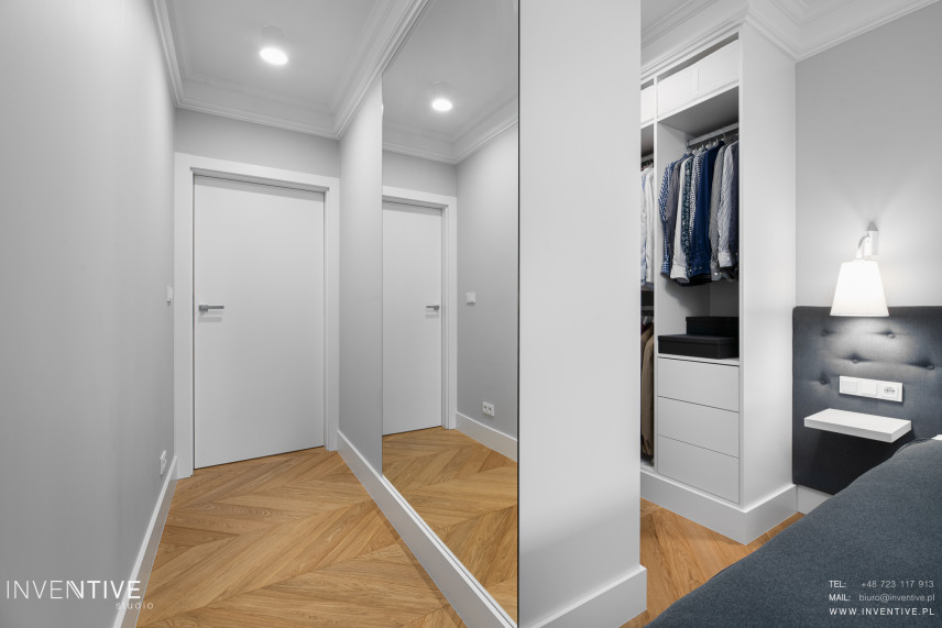Biało-szara sypialnia z otwarta garderobą
