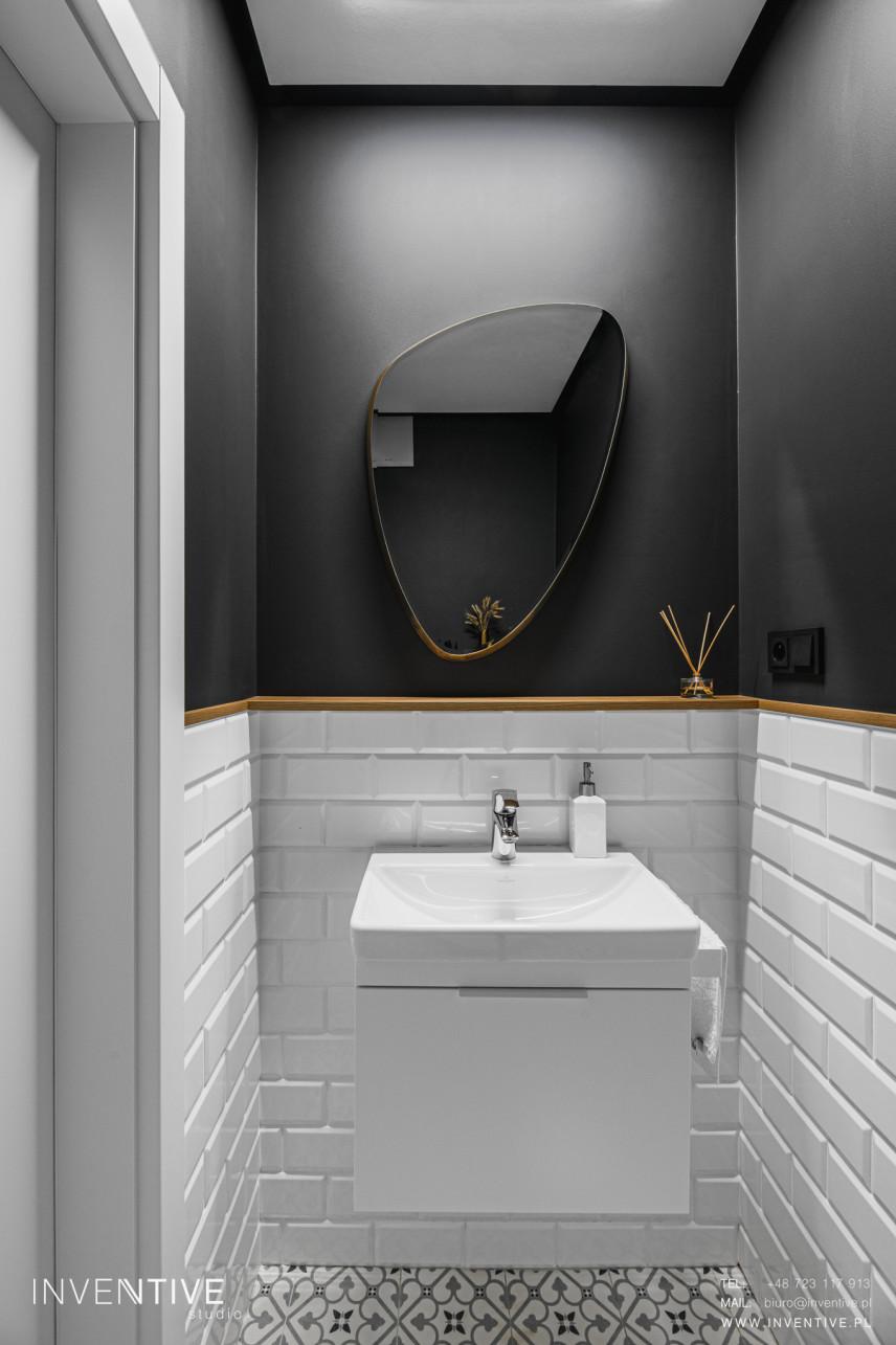 Biało-antracytowa łazienka