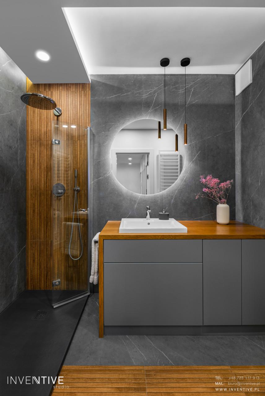 Szara łazienka z elementami drewna