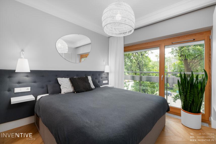 Biało - szara sypialnia z tapicerowanym zagłówkiem