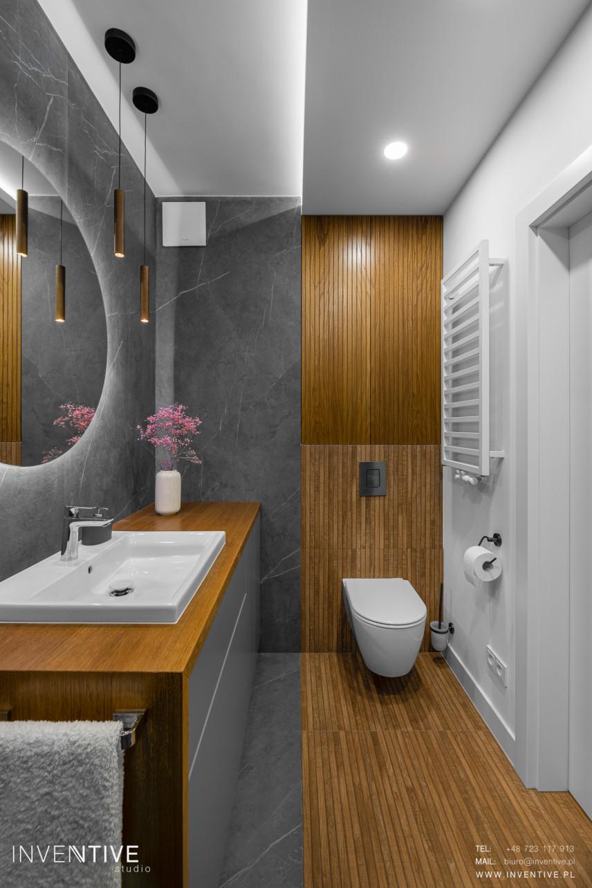 Łazienka z szarym marmurem i drewnem