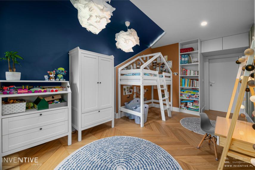 Granatowo- biały pokój dziecięcy w stylu skandynawskim