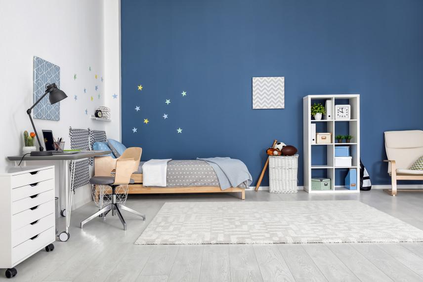Niebiesko-biały pokój dla ucznia