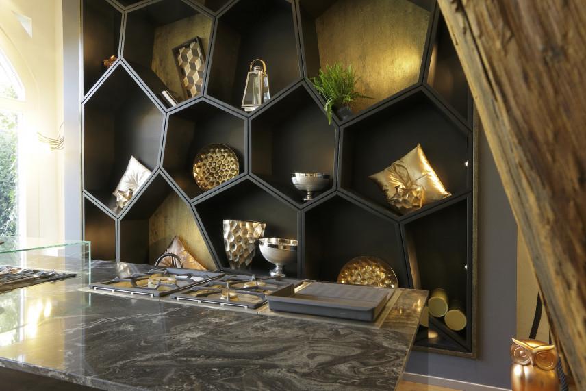 Designerska ściana w kuchni w stylu glamour