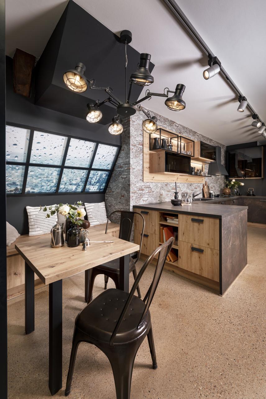 Drewniana kuchnia ze ścianą z rustykalnej cegły