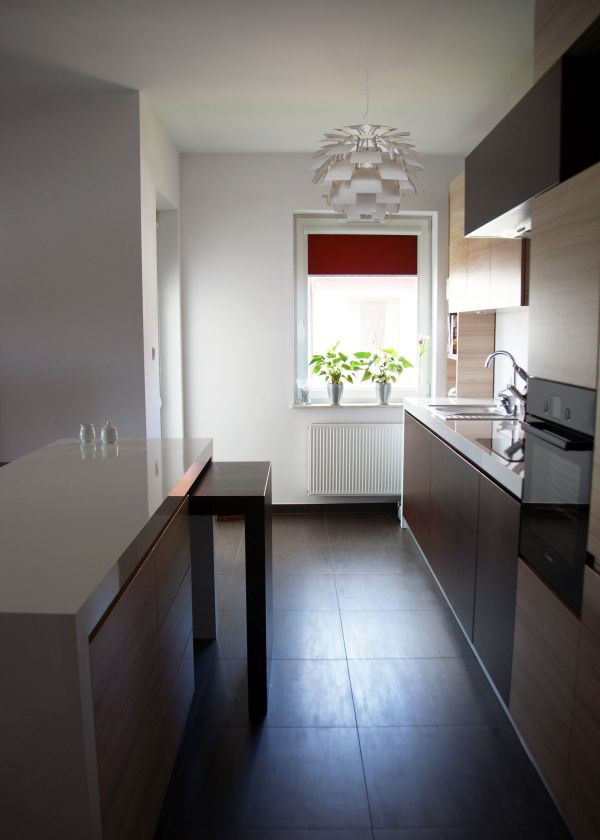 Realizacja projektu małej kuchni z oknem