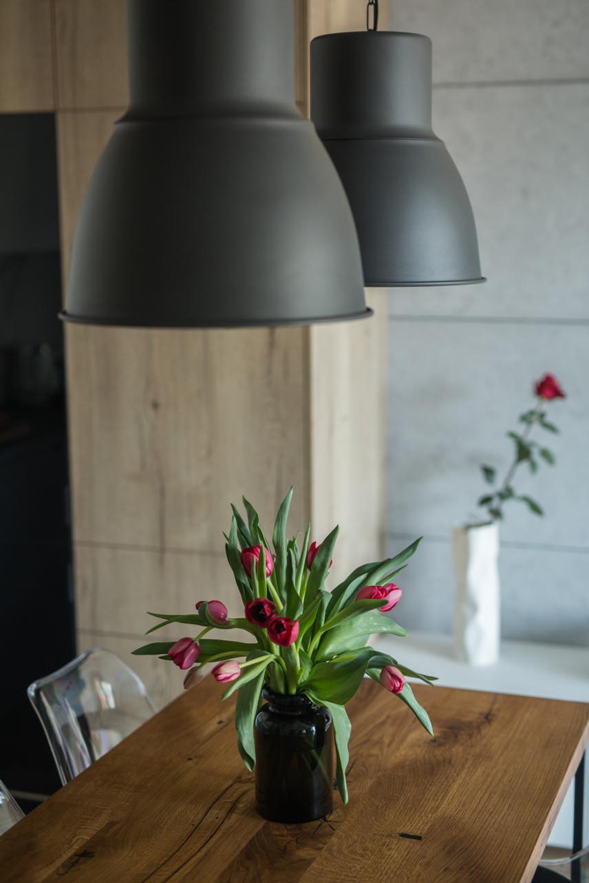 Duże, metalowe lampy w jadalni